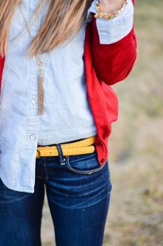 Comment porter: cardigan rouge, chemise de ville à rayures verticales bleu clair, jean skinny bleu marine, ceinture en cuir jaune