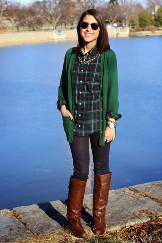 Comment porter: cardigan vert foncé, chemise de ville écossaise vert foncé, jean skinny bleu marine, bottes hauteur genou en cuir marron