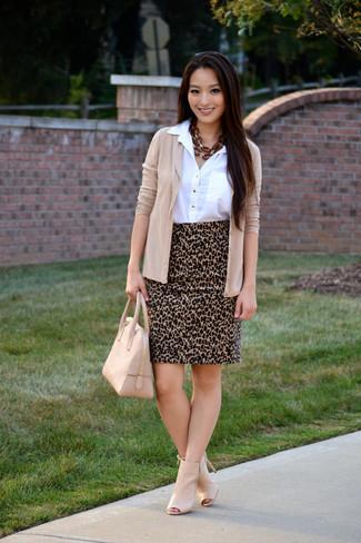 Pense à harmoniser un cardigan beige avec une jupe crayon imprimée léopard brune claire pour dégager classe et sophistication. Complète ce look avec une paire de des bottines en cuir découpées beiges.