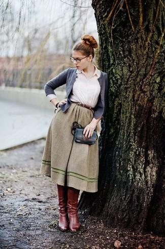Tenue: Cardigan gris, Chemise de ville blanche, Jupe évasée olive, Bottes hauteur genou en cuir bordeaux