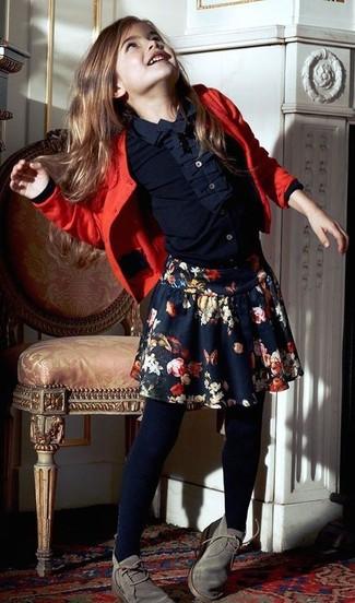 Comment porter: cardigan rouge, chemise de ville bleu marine, jupe à fleurs bleu marine, bottines chukka grises