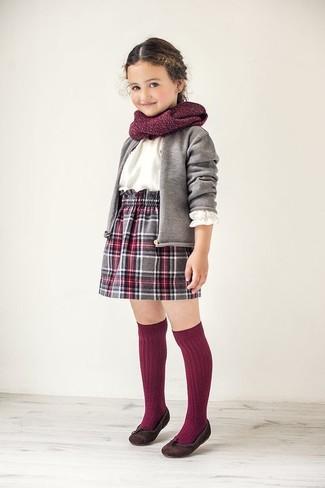 Comment porter: cardigan gris, chemise de ville blanche, jupe écossaise grise, ballerines marron foncé