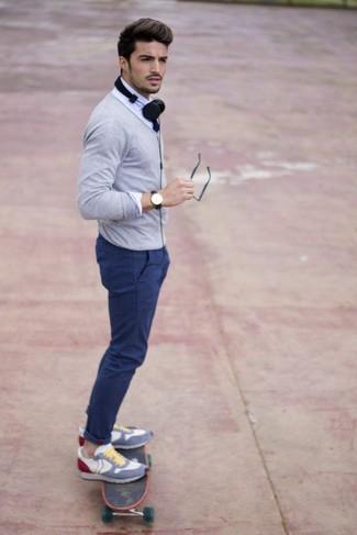 Comment porter: cardigan gris, chemise de ville blanche, pantalon chino bleu, chaussures de sport multicolores