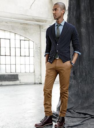 Comment porter: cardigan noir, chemise de ville en chambray bleu clair, pantalon chino marron, bottes de loisirs en cuir marron foncé
