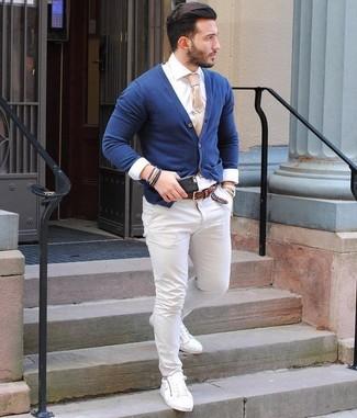 Comment porter: cardigan bleu marine, chemise de ville blanche, pantalon chino blanc, baskets basses en cuir blanches