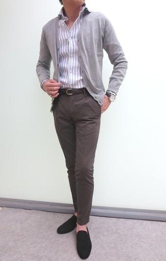 Comment porter: cardigan gris, chemise de ville à rayures verticales grise, pantalon chino marron foncé, slippers en daim marron foncé