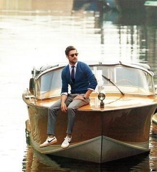 Comment porter une cravate bleu marine pour un style chic decontractés: Porte un cardigan bleu et une cravate bleu marine pour un look pointu et élégant. Tu veux y aller doucement avec les chaussures? Fais d'une paire de des baskets basses en toile blanc et bleu marine ton choix de souliers pour la journée.