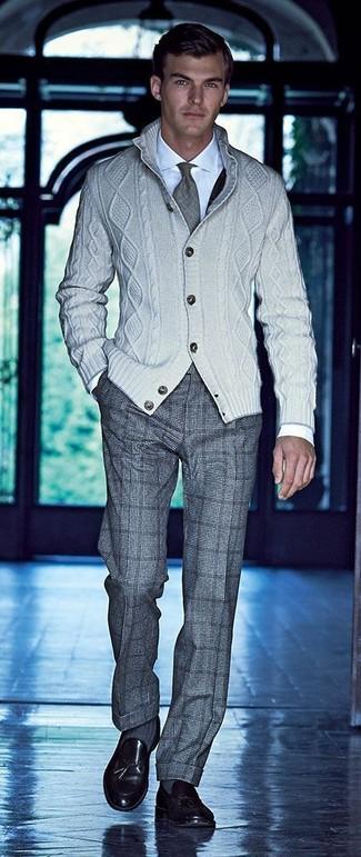 Comment porter: cardigan en tricot beige, chemise de ville blanche, pantalon de costume en laine à carreaux gris, mocassins à pampilles en cuir noirs