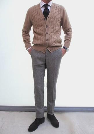 Comment porter des bottines chukka en daim noires: Choisis un cardigan marron clair et un pantalon de costume gris pour une silhouette classique et raffinée. D'une humeur créatrice? Assortis ta tenue avec une paire de des bottines chukka en daim noires.