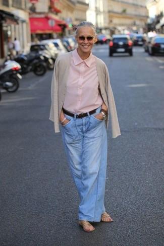 Harmonise un cardigan beige femmes Maison Margiela avec un pantalon large en denim bleu clair pour un look élégant et soigné. Pourquoi ne pas ajouter une paire de des sandales plates en cuir marron clair à l'ensemble pour une allure plus décontractée?