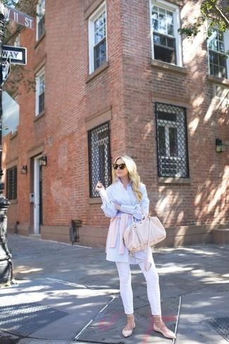 Comment porter: cardigan rose, chemise de ville à rayures verticales blanc et bleu, pantalon slim blanc, ballerines en cuir roses