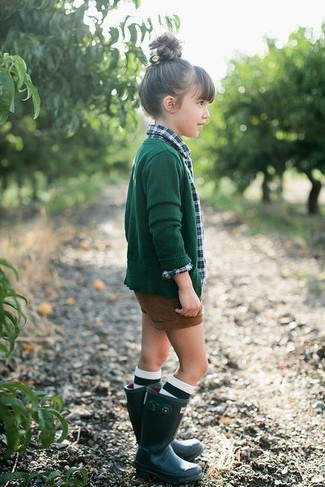 Comment porter: cardigan vert foncé, chemise de ville écossaise verte, short marron, bottes de pluie vert foncé