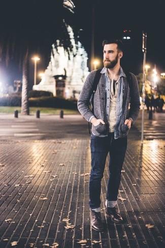 Comment porter: cardigan gris, chemise en jean bleu clair, t-shirt à col boutonné beige, jean bleu marine