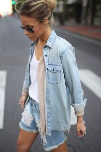 Associe un cardigan beige femmes Maison Margiela avec un short en denim déchiré bleu clair pour une tenue confortable aussi composée avec goût.