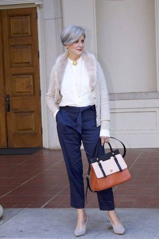 Comment s'habiller après 60 ans: Pour créer une tenue idéale pour un déjeuner entre amis le week-end, harmonise un cardigan gris avec un pantalon carotte à rayures verticales bleu marine. Une paire de des escarpins en daim gris est une option génial pour complèter cette tenue.