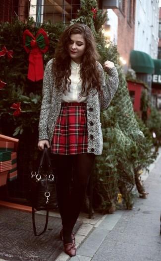 Comment porter: cardigan en tricot gris, chemisier boutonné beige, jupe patineuse écossaise rouge, slippers en cuir marron