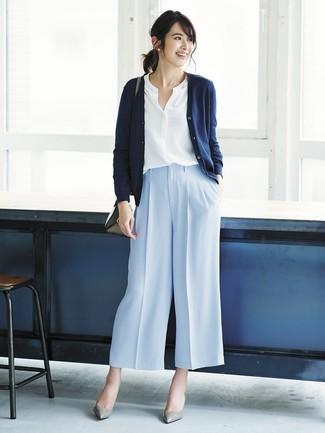 Comment porter: cardigan bleu marine, chemisier boutonné blanc, pantalon large bleu clair, escarpins en cuir gris