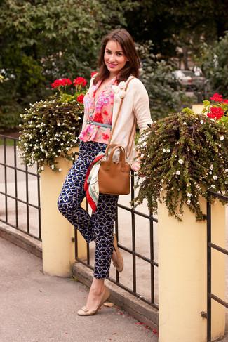 Harmonise un cardigan beige femmes Maison Margiela avec un pantalon style pyjama géométrique noir pour créer un style chic et glamour. Termine ce look avec une paire de des ballerines en cuir beiges.