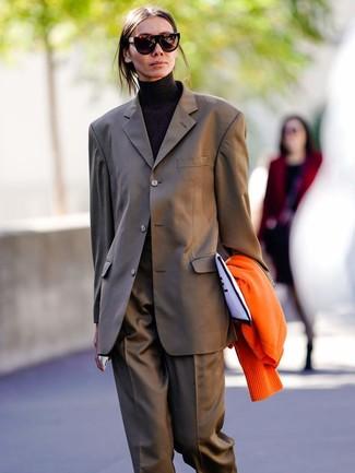 Comment porter: cardigan orange, costume marron, pull à col roulé noir, pochette en toile imprimée blanche et noire