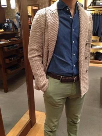 Comment porter: cardigan croisé beige, chemise en jean bleu marine, pantalon chino olive, ceinture en cuir tressée marron foncé
