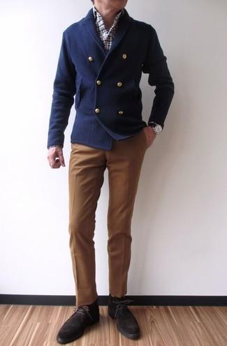 Comment porter: cardigan croisé bleu marine, chemise à manches longues écossaise blanc et rouge et bleu marine, pantalon de costume marron, bottines chukka en daim marron foncé