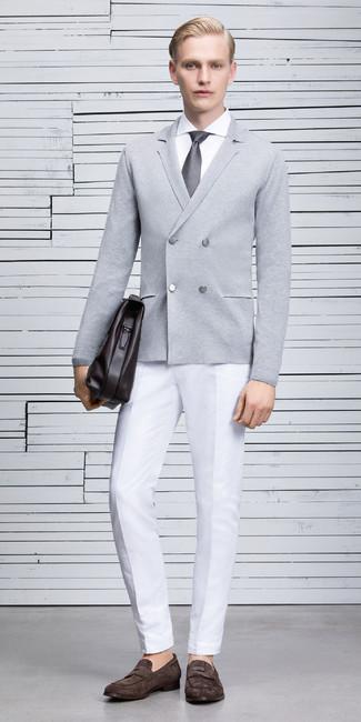 Comment porter un cardigan croisé: Marie un cardigan croisé avec un pantalon de costume blanc pour une silhouette classique et raffinée. Une paire de des slippers en daim marron foncé est une option parfait pour complèter cette tenue.