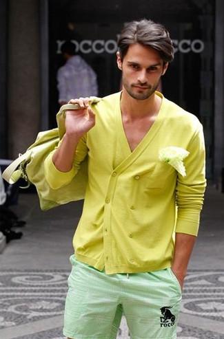 Comment porter: cardigan croisé jaune, short vert menthe, grand sac en toile jaune, pochette de costume blanche