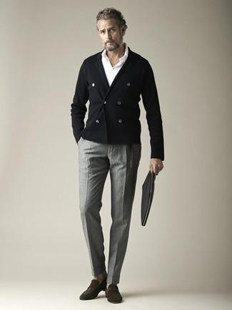 Comment porter un cardigan croisé: Harmonise un cardigan croisé avec un pantalon de costume gris pour une silhouette classique et raffinée. Assortis ce look avec une paire de des slippers en daim marron foncé.