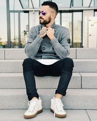 Comment porter un cardigan croisé: Pour une tenue de tous les jours pleine de caractère et de personnalité harmonise un cardigan croisé avec un jean bleu marine. D'une humeur audacieuse? Complète ta tenue avec une paire de des baskets montantes en toile blanches.