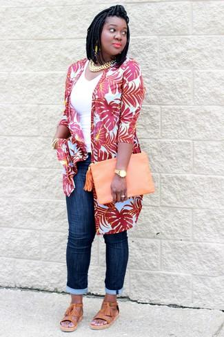 Comment porter: cardigan imprimé rouge, débardeur blanc, jean bleu marine, sandales spartiates en cuir marron clair