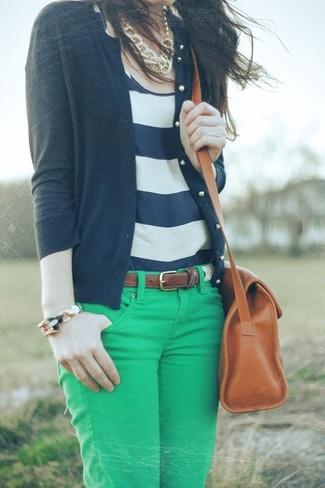 Comment porter un débardeur blanc: Garde une tenue relax avec un débardeur blanc et un jean skinny vert.
