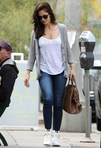 Comment porter: cardigan gris, débardeur blanc, jean skinny bleu marine, baskets montantes en cuir blanches