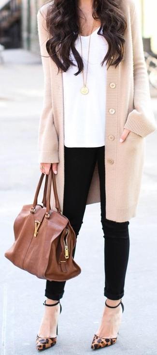 Harmonise un pull avec un jean skinny noir pour achever un look chic. Assortis ce look avec une paire de des escarpins en cuir imprimés léopard bruns.