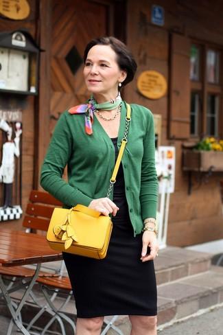 Comment porter: cardigan vert, débardeur noir, jupe crayon noire, sac bandoulière en cuir jaune