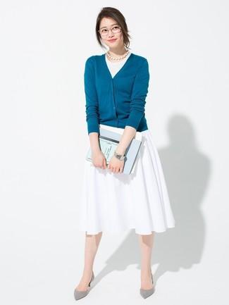 Comment porter: cardigan bleu canard, débardeur blanc, jupe mi-longue plissée blanche, escarpins en daim gris