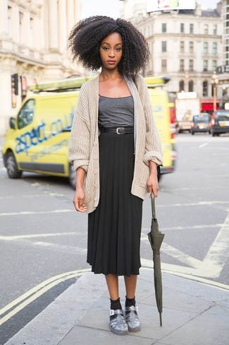 Comment porter: cardigan en tricot beige, débardeur gris foncé, jupe mi-longue plissée noire, sandales plates en cuir argentées