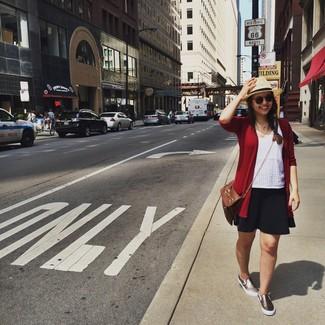 Comment porter: cardigan rouge, débardeur en broderie anglaise blanc, jupe patineuse noire, baskets à enfiler dorées