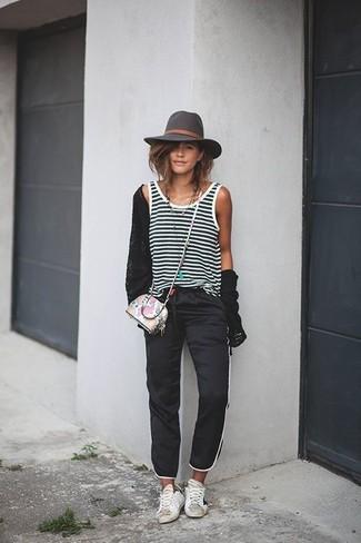 Comment porter: cardigan noir, débardeur à rayures horizontales noir et blanc, pantalon de jogging noir, baskets basses en cuir blanches