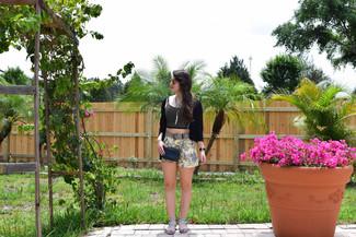 Pense à porter un cardigan noir et un short à fleurs jaune pour une tenue idéale le week-end. D'une humeur créatrice? Assortis ta tenue avec une paire de des sandales plates en cuir grises.