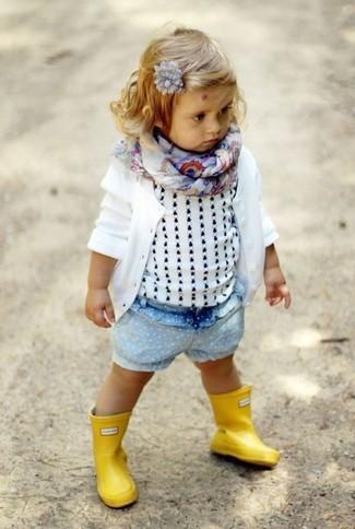 Comment porter: cardigan blanc, débardeur blanc, short en denim bleu clair, bottes de pluie jaunes