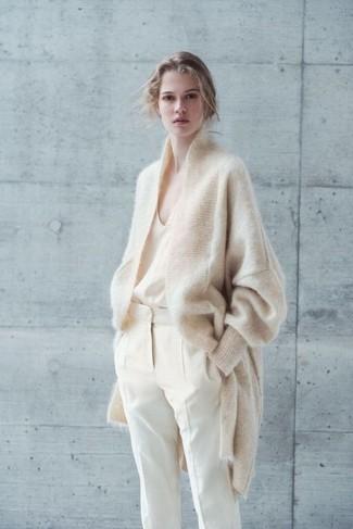 Comment porter: cardigan en mohair beige, débardeur en soie beige, pantalon carotte beige