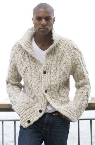 Comment porter: cardigan en tricot beige, t-shirt à col en v blanc, jean bleu marine