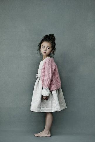 Comment porter: cardigan en tricot rose, robe beige