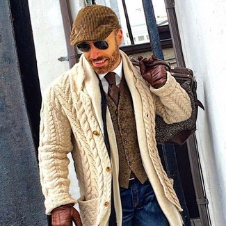 Comment porter: cardigan en tricot beige, gilet en laine olive, chemise de ville blanche, jean bleu marine
