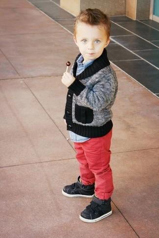 Comment porter: cardigan gris, chemise à manches longues en denim bleu clair, jean rouge, baskets noires