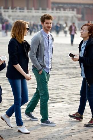 Cardigan gris chemise a manches longues bleu clair pantalon chino vert fonce large 1823