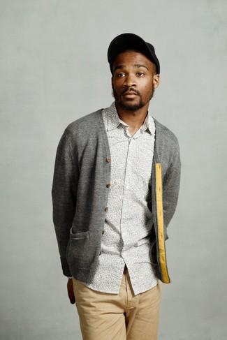 Comment porter: cardigan gris, chemise à manches longues à fleurs grise, pantalon chino marron clair, casquette de base-ball noire
