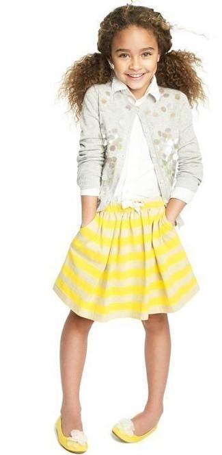 Comment porter: cardigan orné gris, chemise de ville blanche, jupe à rayures horizontales jaune, ballerines jaunes