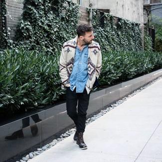 Comment porter: cardigan imprimé gris, chemise en jean bleu clair, pantalon chino noir, bottes de loisirs en cuir marron foncé