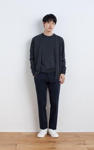 Comment s'habiller pour un style chic decontractés: Associe un cardigan gris foncé avec un pantalon de costume bleu marine pour un look classique et élégant. Tu veux y aller doucement avec les chaussures? Choisis une paire de des baskets basses en toile blanches pour la journée.